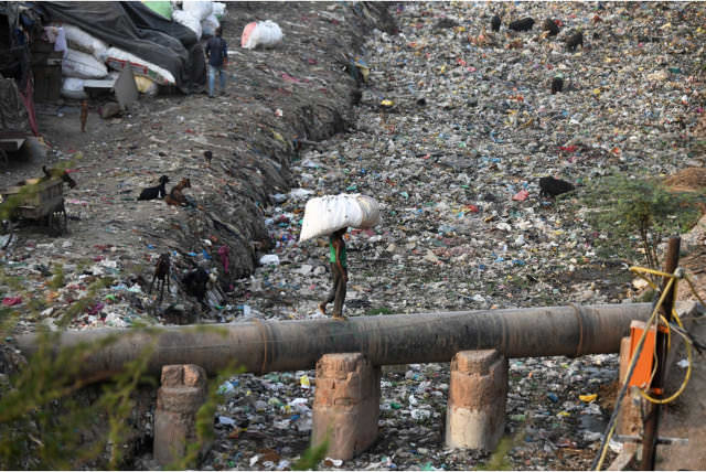A canal full of garbage in India. Photo: Dominique Faget / AFP