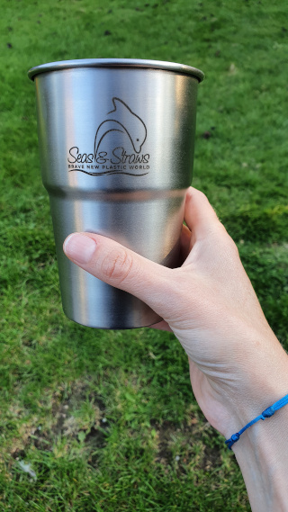 The larger, pint-sized cup is intended for beer. Photo: ©Seas & Straws