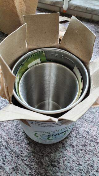 A rigid cardboard cylinder holding my 2 cups. Photo: ©Seas & Straws