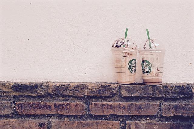 Starbucks bans plastic straws